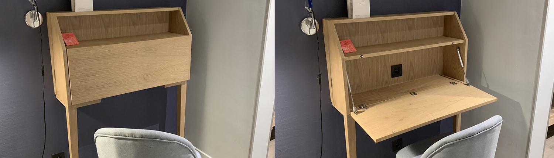 opvouwbaar bureau tegen de wand in hotelkamer